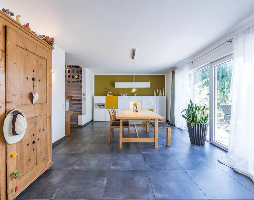 Offenes Esszimer mit bodentiefen Fenstern zur Terrasse KitzlingerHaus GmbH & Co. KG Moderne Esszimmer Weiß