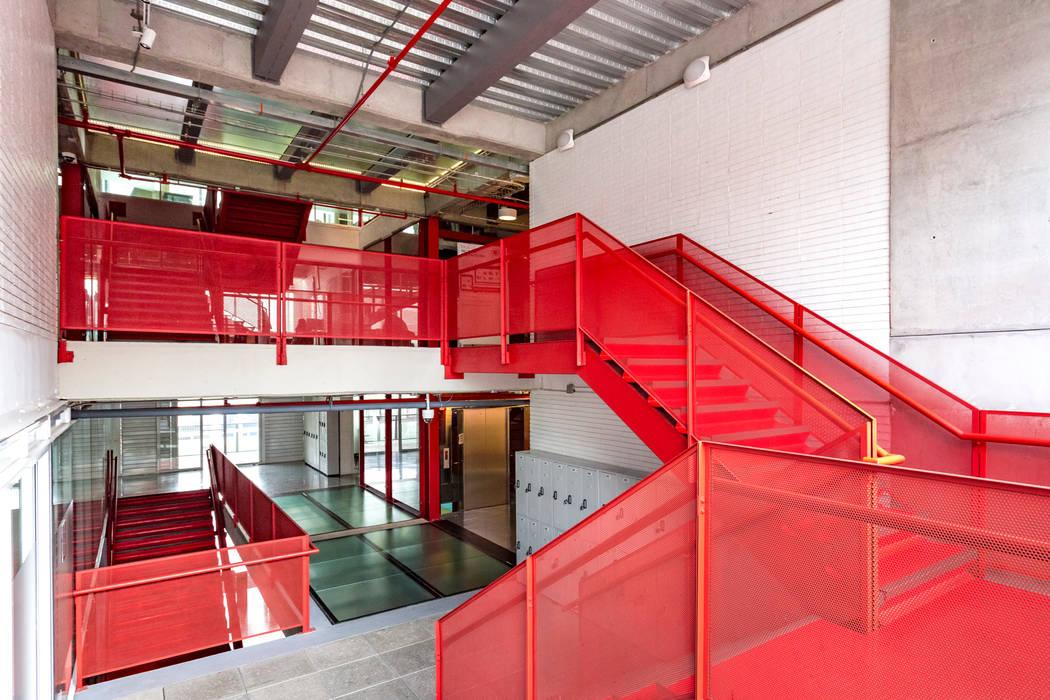 La Salle College MRV ARQUITECTOS Pasillos, vestíbulos y escaleras de estilo moderno Rojo