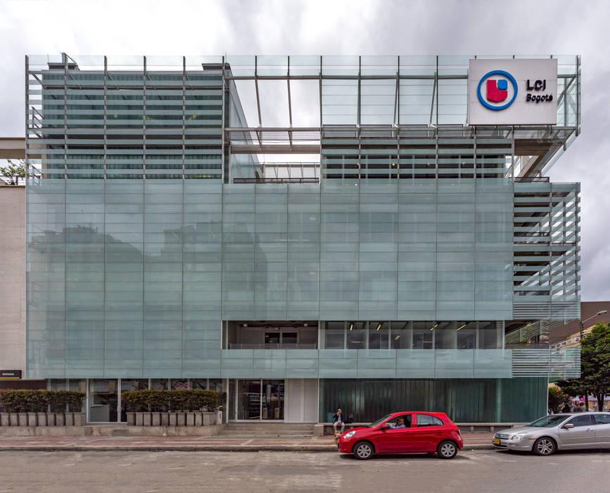 La Salle College Paredes y pisos de estilo moderno de MRV ARQUITECTOS Moderno