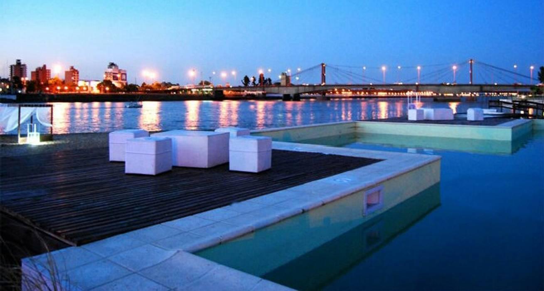 piscina con solarium humedo: Piletas de estilo moderno por VHA Arquitectura