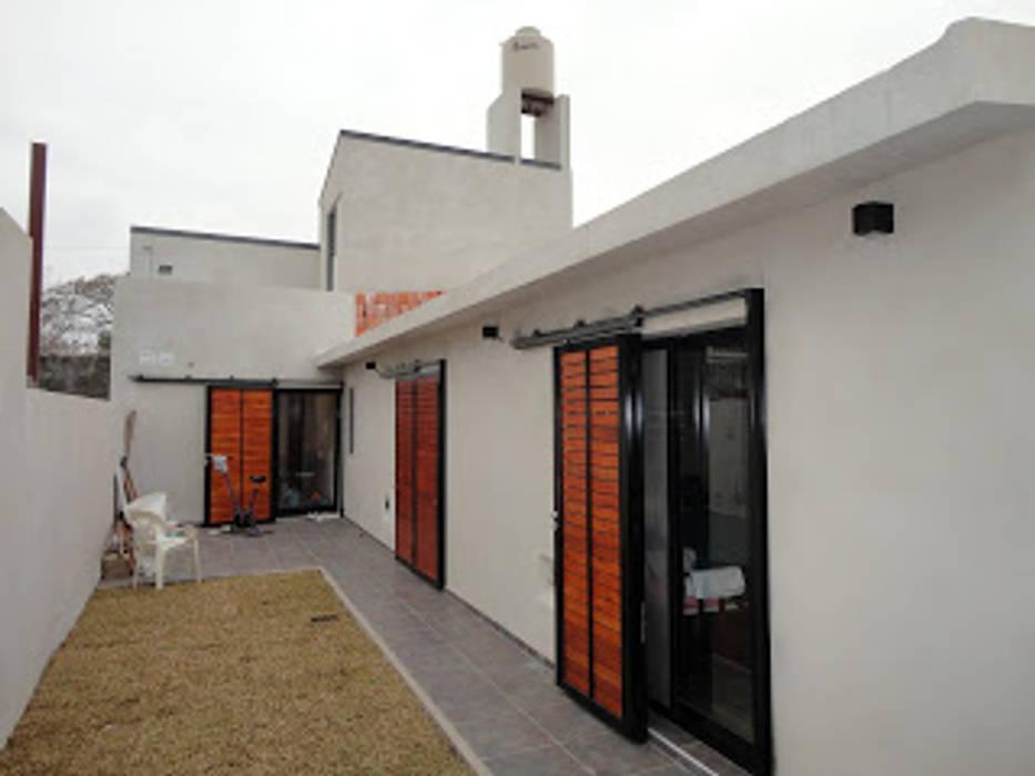 exterior de 1° etapa sobre planta baja: Casas de estilo  por VHA Arquitectura