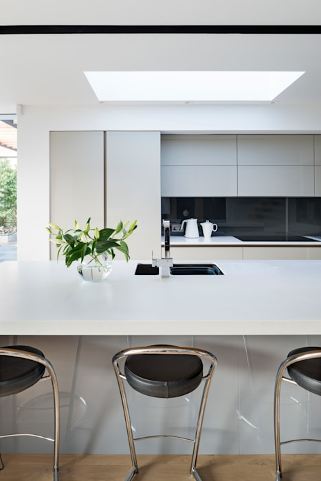 White Oaks Open Plan Grey and White Kitchen Modern kitchen by Barc Architects Modern