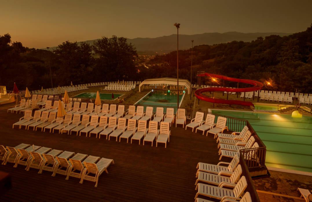 Zona piscine tramonto Norcenni: Hotel in stile  di Studio Associato TOP (Tecnici Operatori Progettisti) - Bruschetini Architetti & Partners