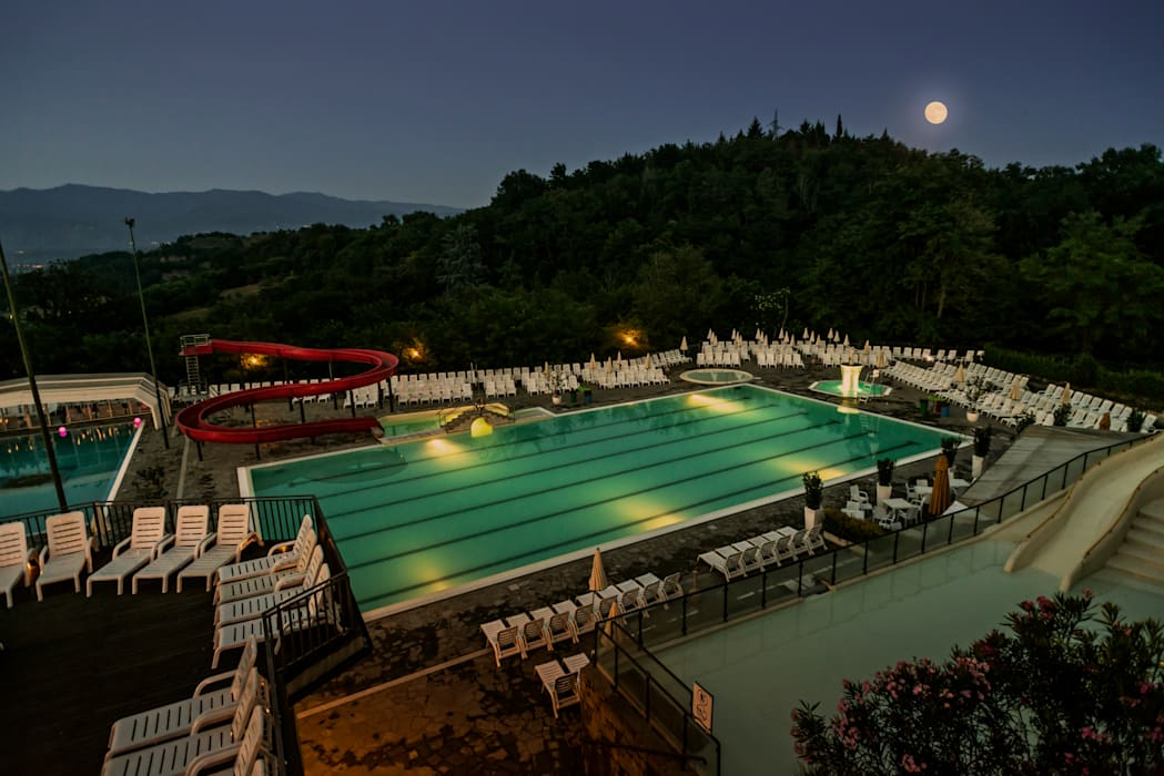 Zona piscine notturna Norcenni: Hotel in stile  di Studio Associato TOP (Tecnici Operatori Progettisti) - Bruschetini Architetti & Partners