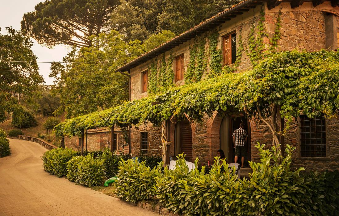 Appartamenti Villa Norcenni: Hotel in stile  di Studio Associato TOP (Tecnici Operatori Progettisti) - Bruschetini Architetti & Partners