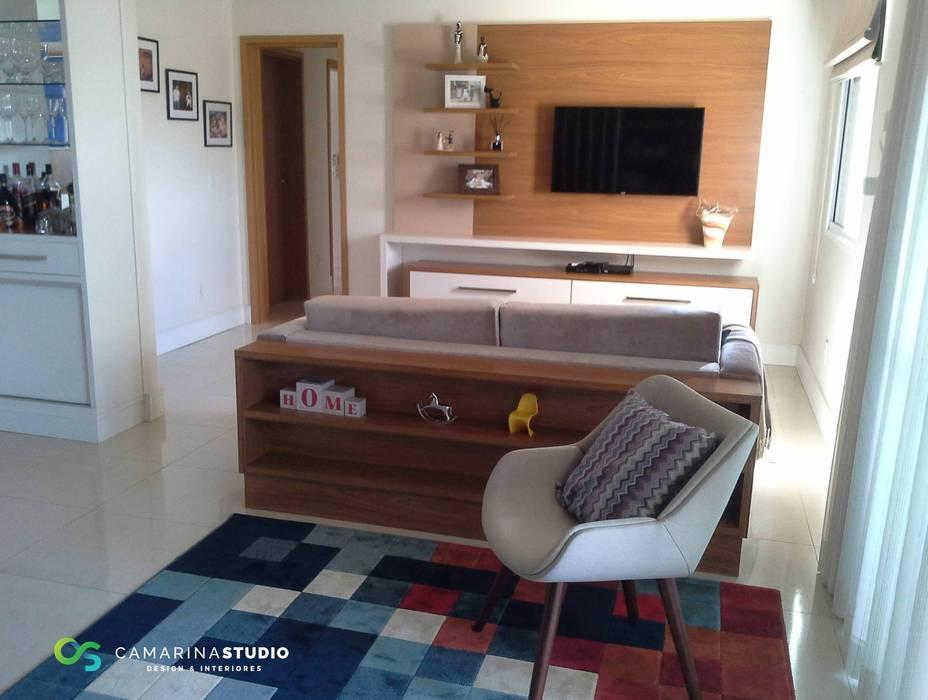 Apartamento contemporâneo Salas de estar modernas por Camarina Studio Moderno