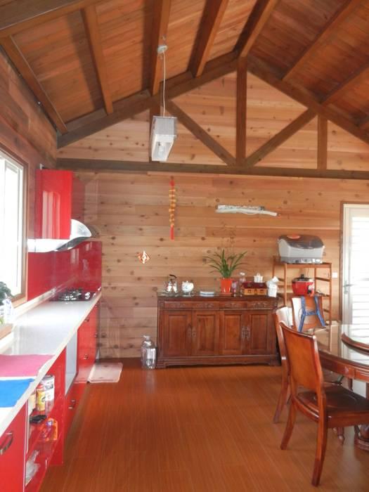 木屋 廚房 餐廳 Rustic style walls & floors by 山田小草木作場 Rustic Solid Wood Multicolored