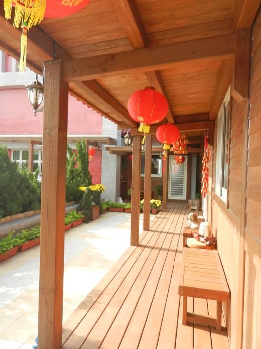 木屋迴廊 木屋室外廊道 鄉村風格的走廊,走廊和樓梯 根據 山田小草木作場 田園風 實木 Multicolored