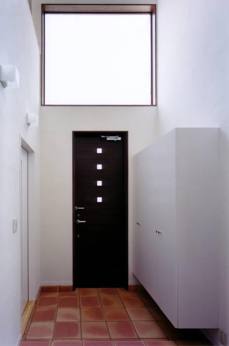玄関を見返す: 豊田空間デザイン室 一級建築士事務所が手掛けた廊下 & 玄関です。