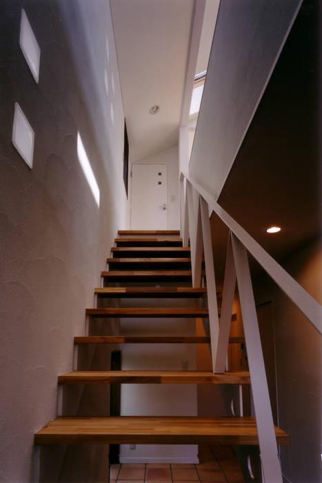 1階から階段を見上げる: 豊田空間デザイン室 一級建築士事務所が手掛けた廊下 & 玄関です。