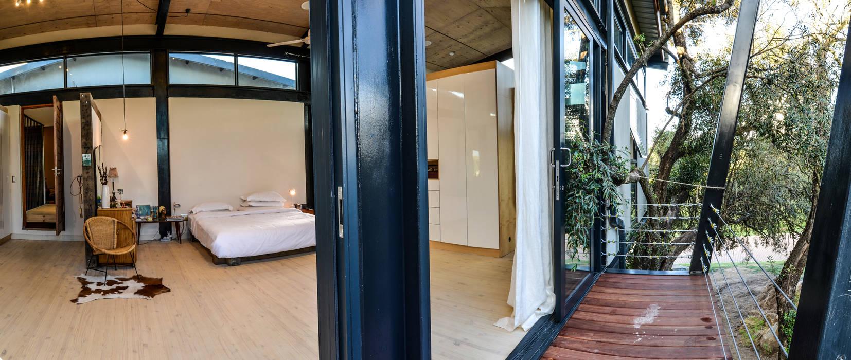 Balcones y terrazas de estilo industrial de Studious Architects Industrial