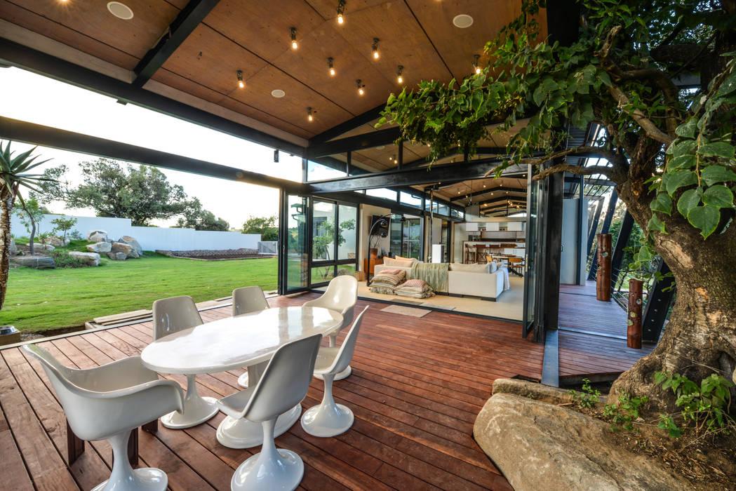 Terrazas de estilo  de Studious Architects, Industrial