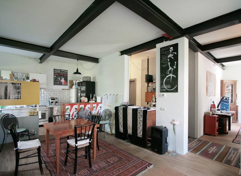la zona giorno per gli ospiti del B&B Studio Dalla Vecchia Architetti Sala da pranzo in stile industriale Legno Effetto legno
