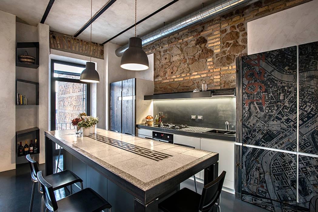 Quartiere ostiense: una casa dal sapore industriale : cucina in ...
