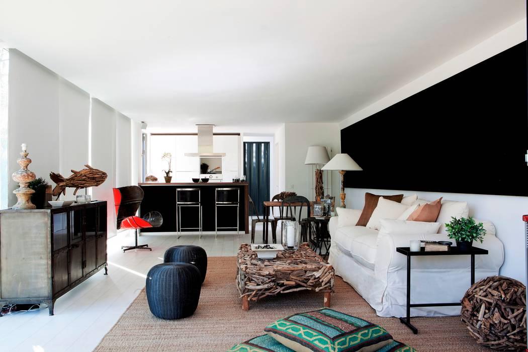 TIEMBLO HOUSE james&mau Salones de estilo moderno