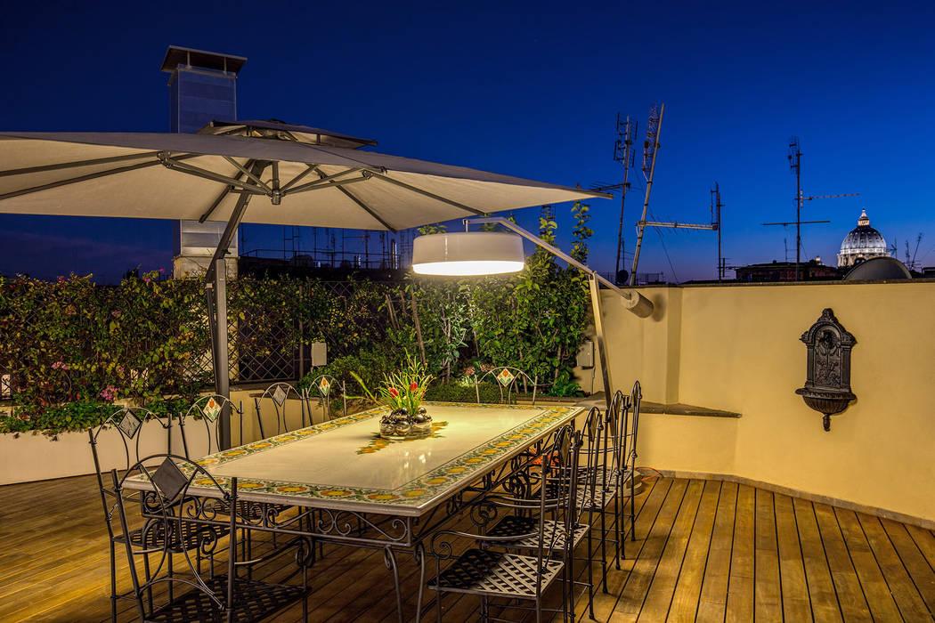 Balcones y terrazas de estilo moderno de MOB ARCHITECTS Moderno