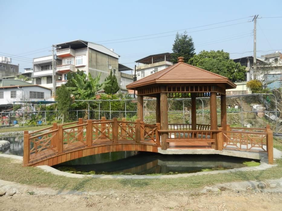 木造六角涼亭及拱橋:  庭院 by 山田小草木作場