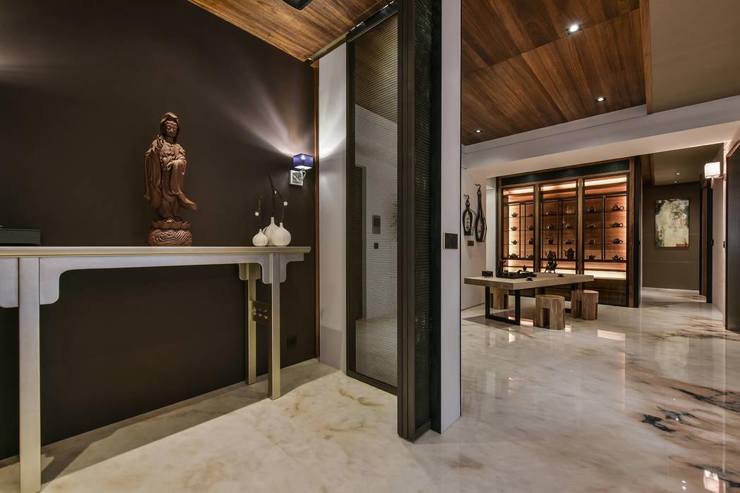 Asian corridor, hallway & stairs by Luova 創研俬.集 Asian
