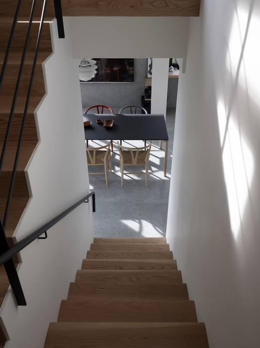 2號‧源 現代風玄關、走廊與階梯 根據 洪文諒空間設計 現代風