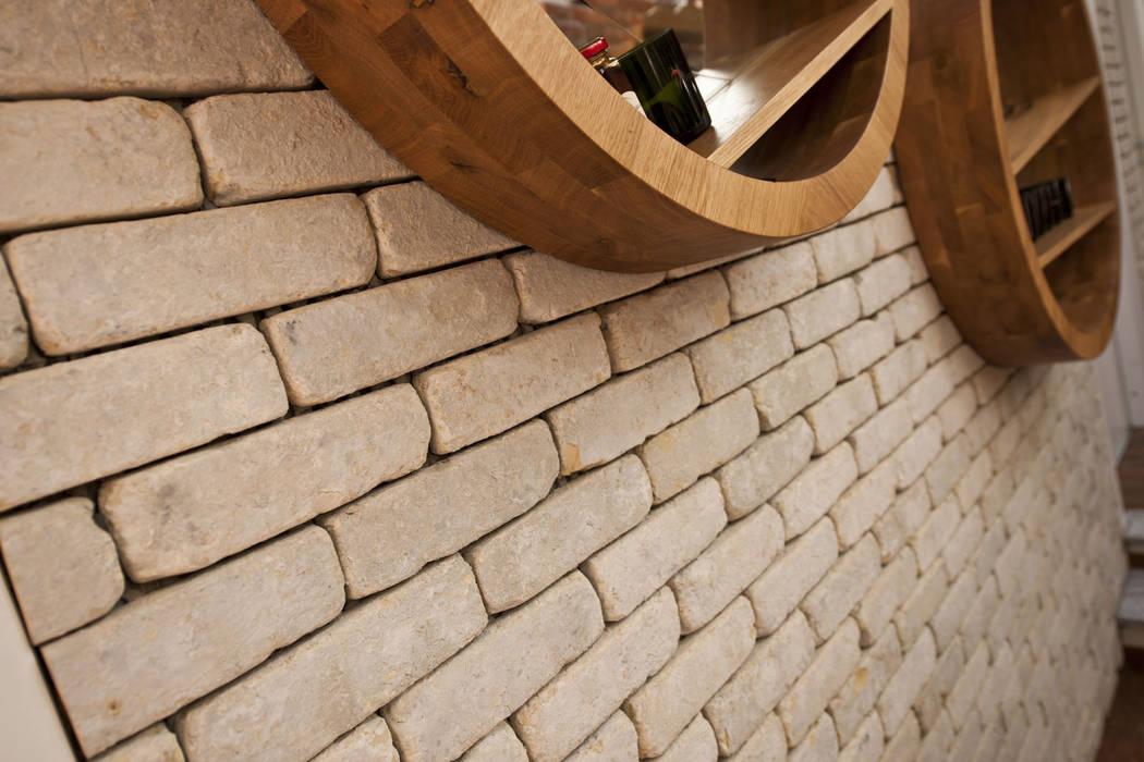Ristrutturazione osteria con mattoni faccia a vista Genesis 260: Sala da pranzo in stile in stile Rustico di B&B Rivestimenti Naturali