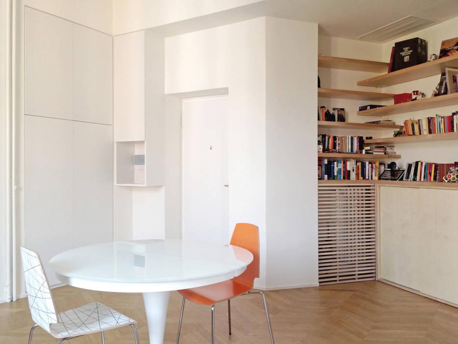 Il soggiorno, con tavolo e libreria: soggiorno in stile di atelier ...