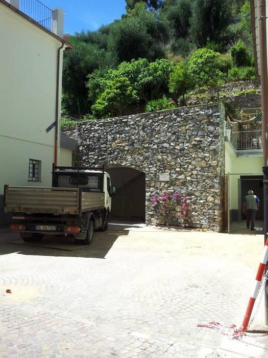 Garajes y galpones de estilo mediterráneo de monica giovannelli architetto Mediterráneo
