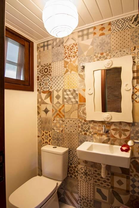 Casa de Praia: Banheiros  por Cristiana Casellato Arquitetura e Interiores