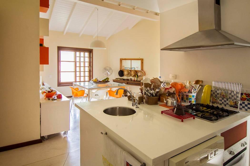 Casa de Praia: Cozinhas  por Cristiana Casellato Arquitetura e Interiores