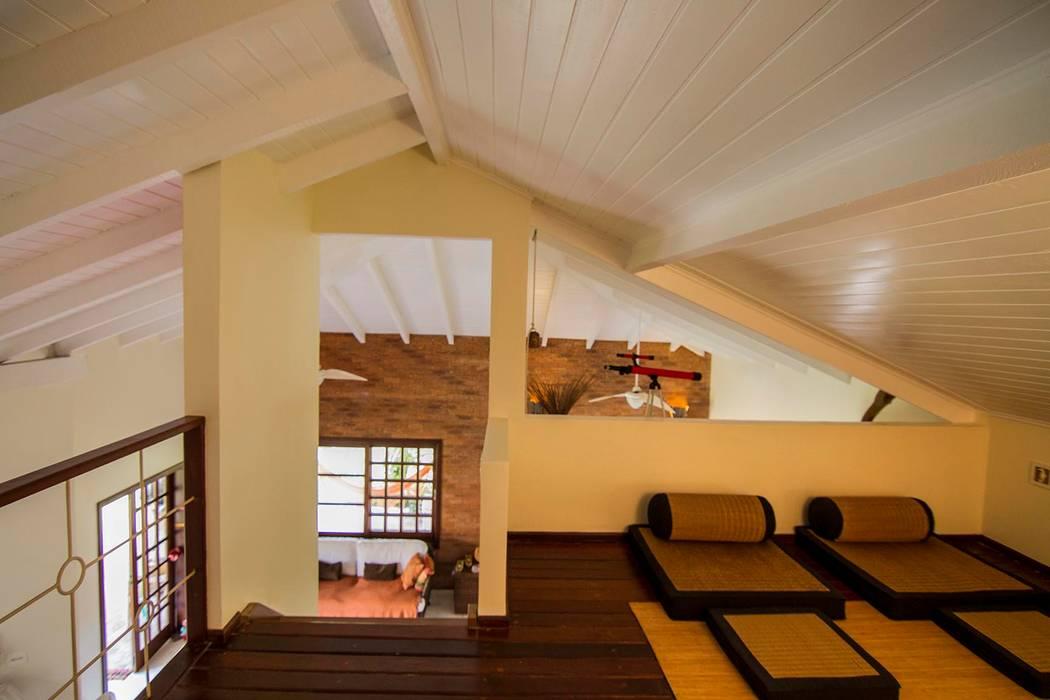 Casa de Praia: Salas de estar  por Cristiana Casellato Arquitetura e Interiores