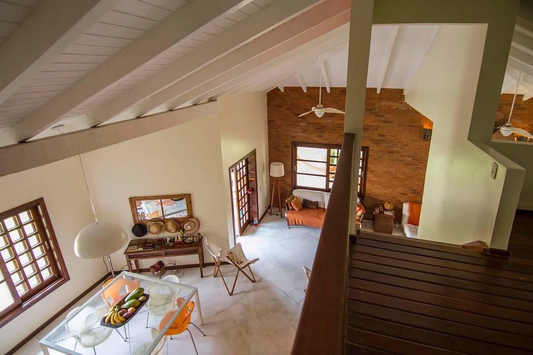 Casa de Praia: Salas de jantar  por Cristiana Casellato Arquitetura e Interiores