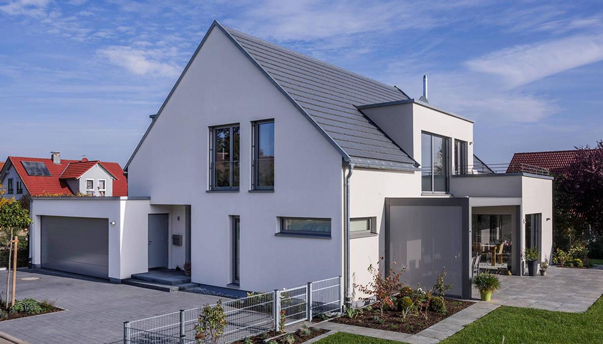 Satteldach haus mit ein und anbauten einfamilienhaus von for Haus mit satteldach modern