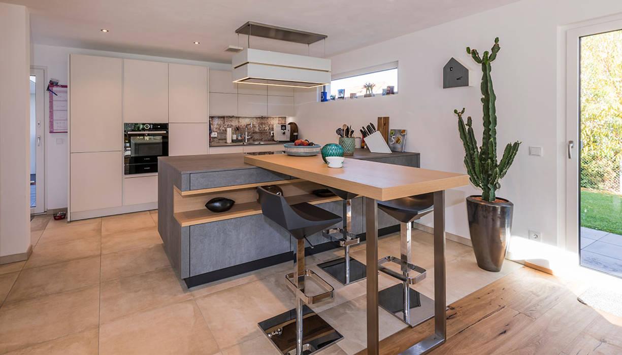 Offene küche mit küchenblock und theke moderne küchen von ...