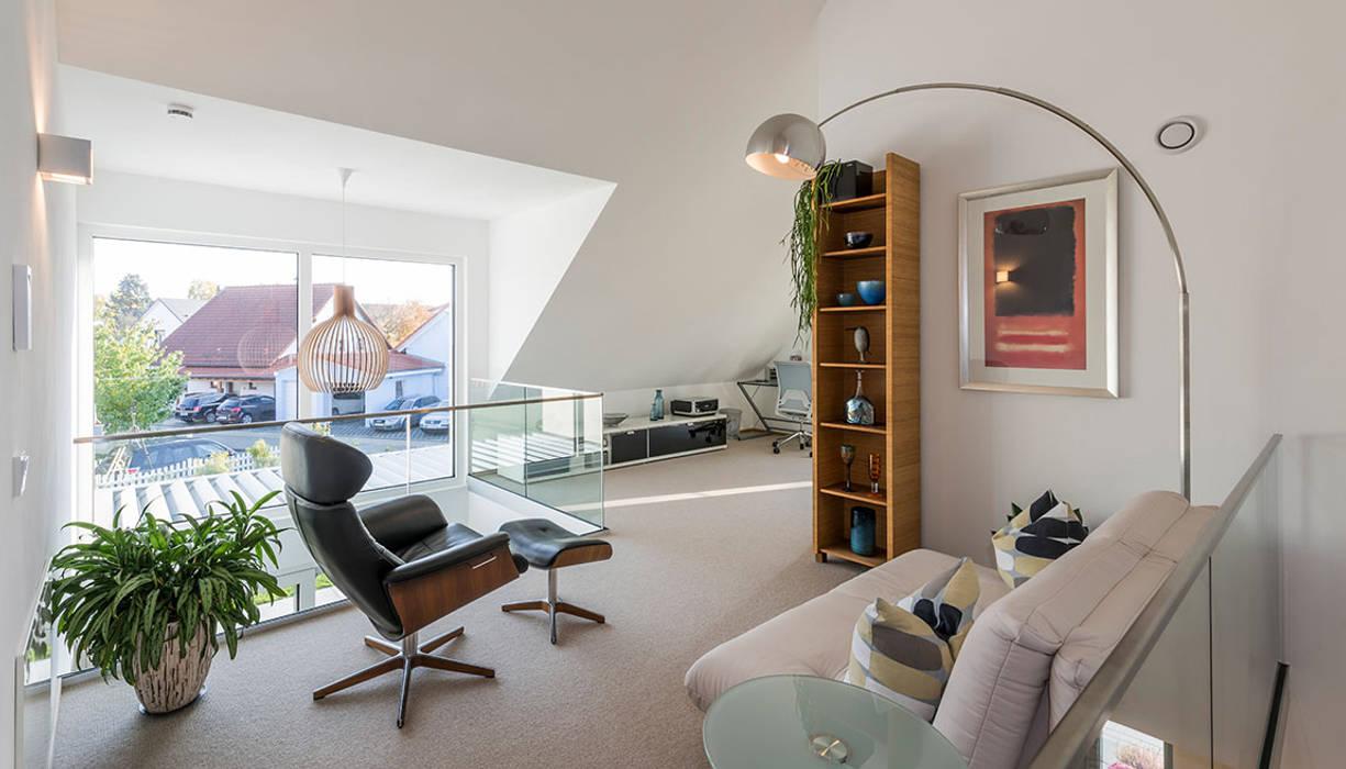 Galerie mit Leseecke und Arbeitsplatz Moderne Arbeitszimmer von KitzlingerHaus GmbH & Co. KG Modern