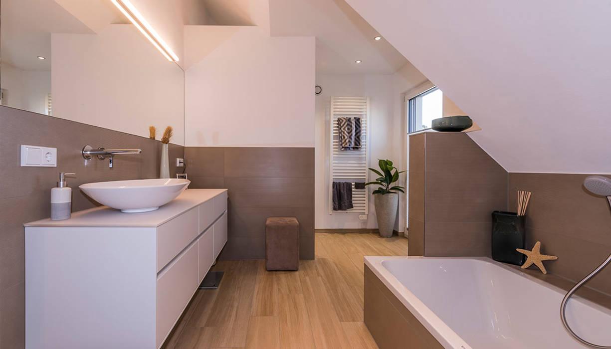 Komfortables Badezimmer mit Badewanne und bodentiefer Dusche Moderne Badezimmer von KitzlingerHaus GmbH & Co. KG Modern
