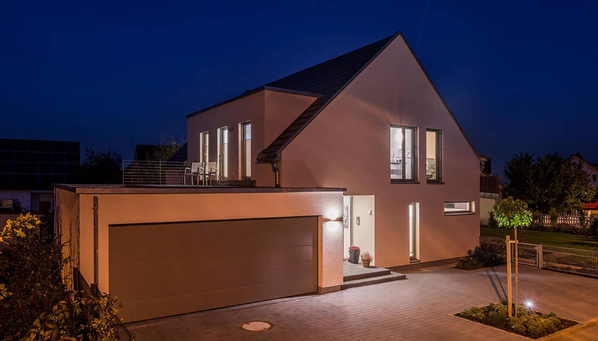 Straßenansicht bei Nacht Moderne Häuser von KitzlingerHaus GmbH & Co. KG Modern