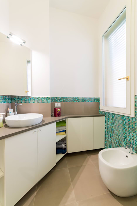 Modern bathroom by Amodo Modern