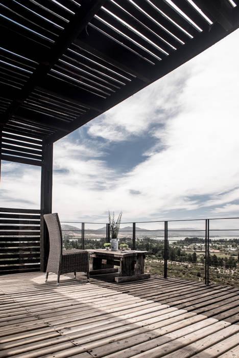 Hiên, sân thượng theo B+V Arquitectos, Hiện đại Gỗ Wood effect
