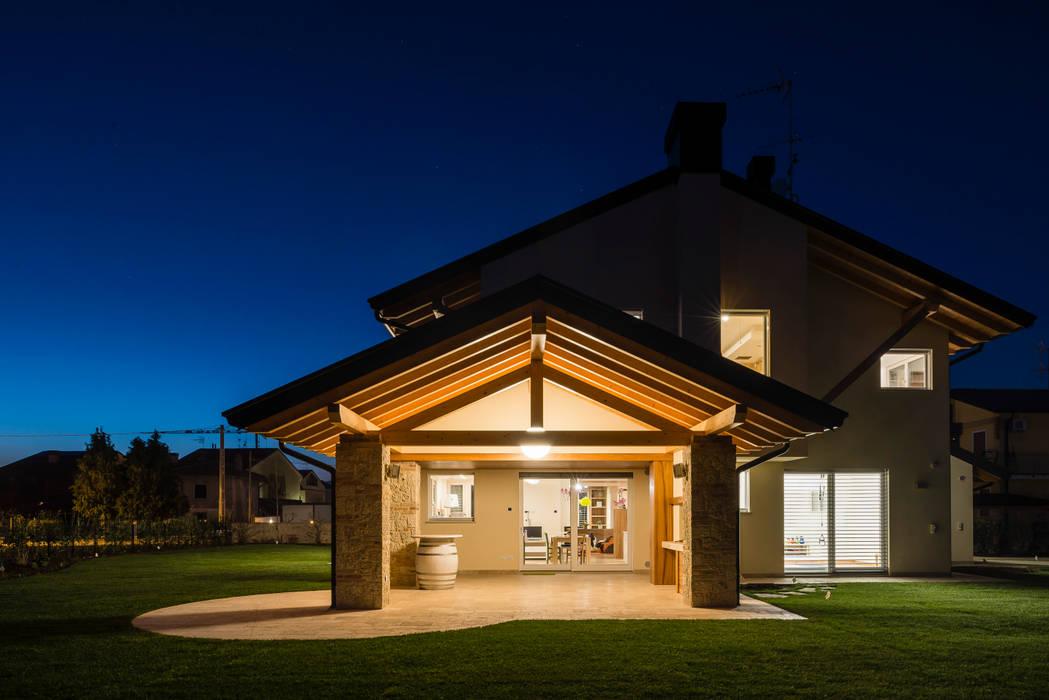 Tradizione e innovazione: Casa unifamiliare in stile  di Woodbau Srl