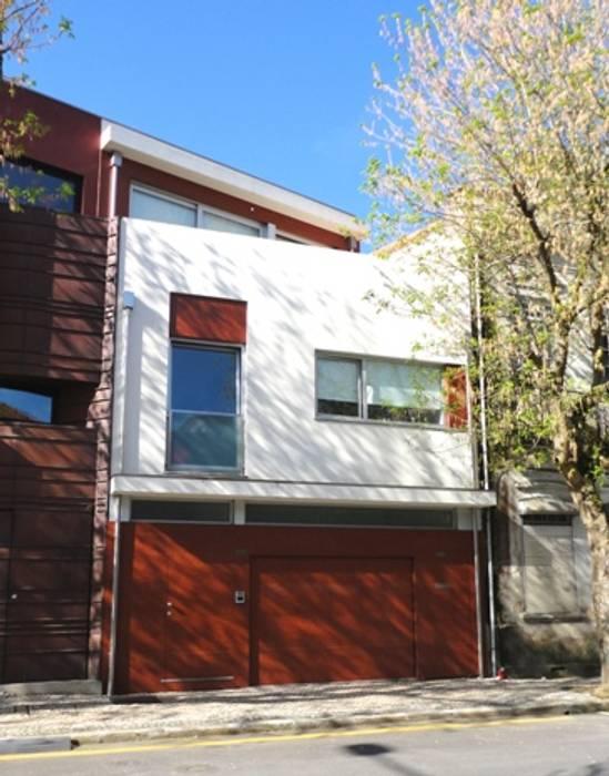 Alçado principal Casas modernas por GAAPE - ARQUITECTURA, PLANEAMENTO E ENGENHARIA, LDA Moderno