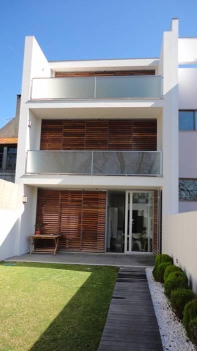 Alçado posterior: Casas  por GAAPE - ARQUITECTURA, PLANEAMENTO E ENGENHARIA, LDA
