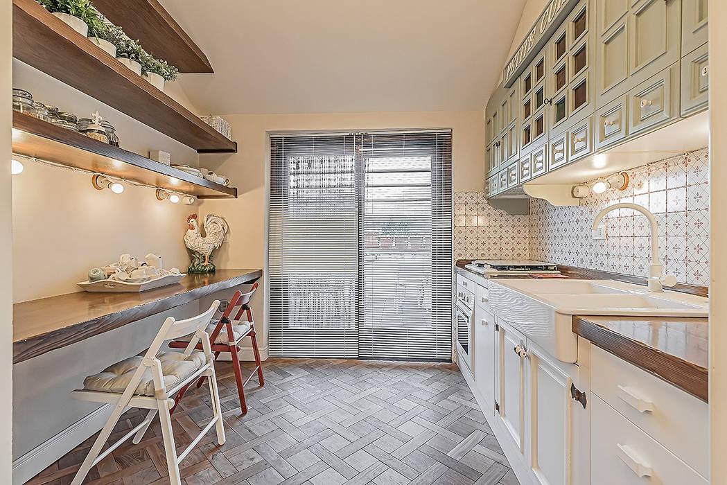 Cucina con terrazzo Cucina in stile classico di homify Classico
