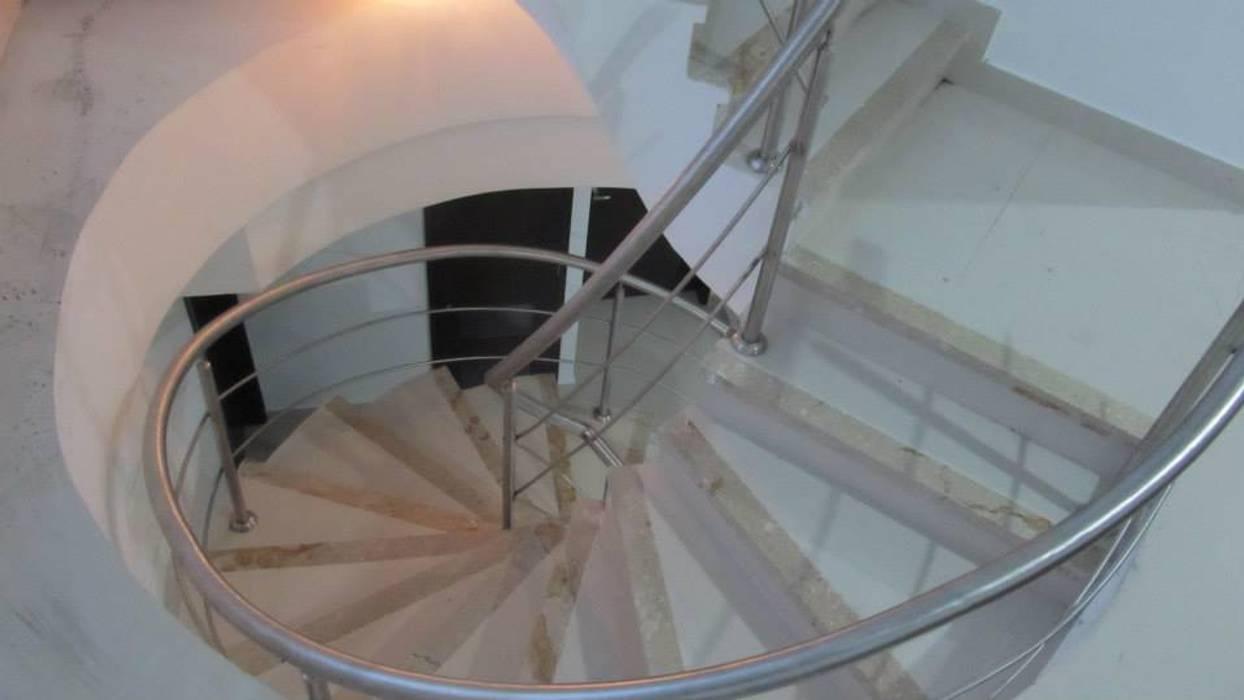 Final escalera: Pasillos y vestíbulos de estilo  por Grupo Moix SAS, Moderno