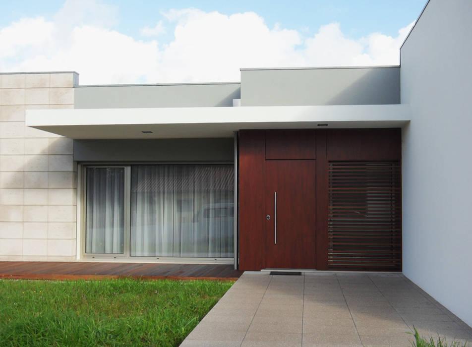 Entrada principal Casas modernas por GAAPE - ARQUITECTURA, PLANEAMENTO E ENGENHARIA, LDA Moderno