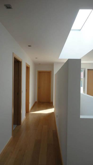 Corredor de acesso a quartos/ clarabóia escadas: Corredores e halls de entrada  por GAAPE - ARQUITECTURA, PLANEAMENTO E ENGENHARIA, LDA