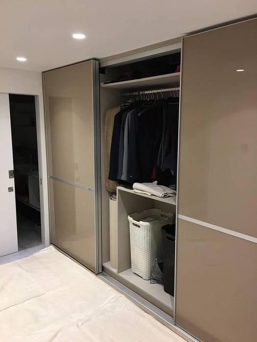 Fitted sliding door wardrobe - Minimalist Style Sliding Doors de Kleiderhaus ltd Moderno