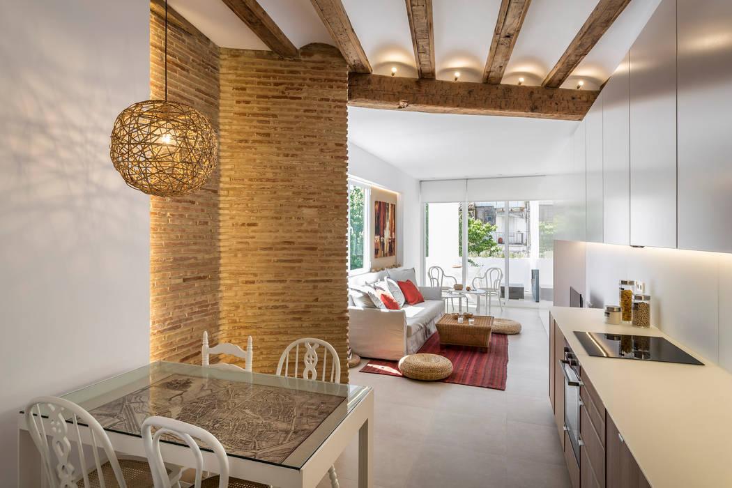 reforma vivienda en el carmen: Comedores de estilo  de versea arquitectura,