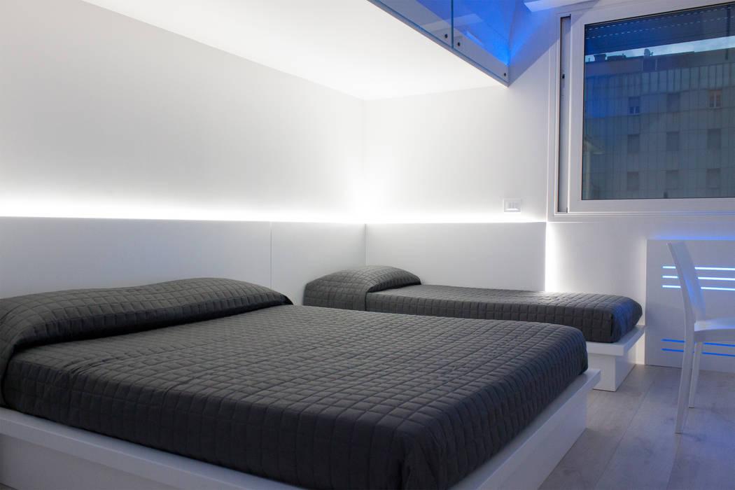 letto matrimoniale: Camera da letto in stile in stile Minimalista di Giemmecontract srl.