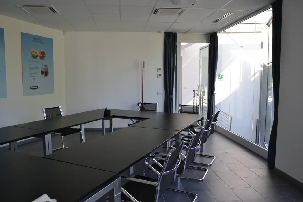 Evapco Europe: Sala multimediale in stile  di IAR Design di Romeo Alessandro
