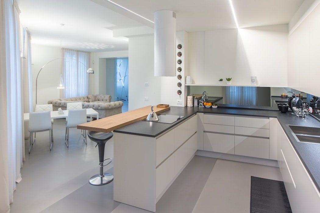 Appartamento colori caldi e luminosi Pareti & Pavimenti in stile moderno di Resin srl Moderno