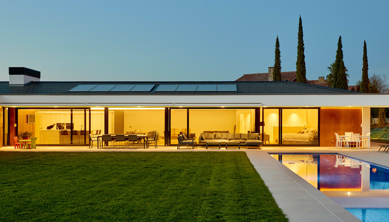 Fachada al jardin al atardecer Casas de estilo moderno de DECONS GKAO S.L. Moderno Pizarra